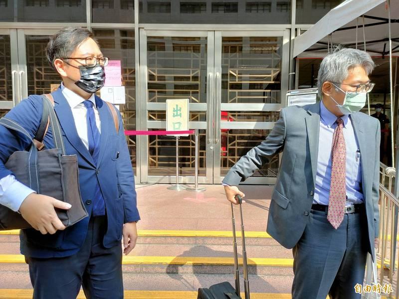 監察院代表陳先成(右)與委任律師洪偉勝(左)。(記者吳政峰攝)