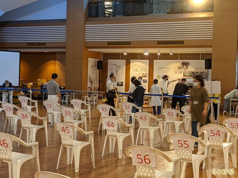 南屯區快打站設於慈齊台中靜思堂,可容納400人,工作人員進行整備。(記者蔡淑媛攝)