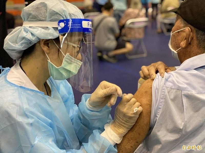 中央分配8600劑AZ疫苗到站,金門15日開打。(資料照,記者吳正庭攝)
