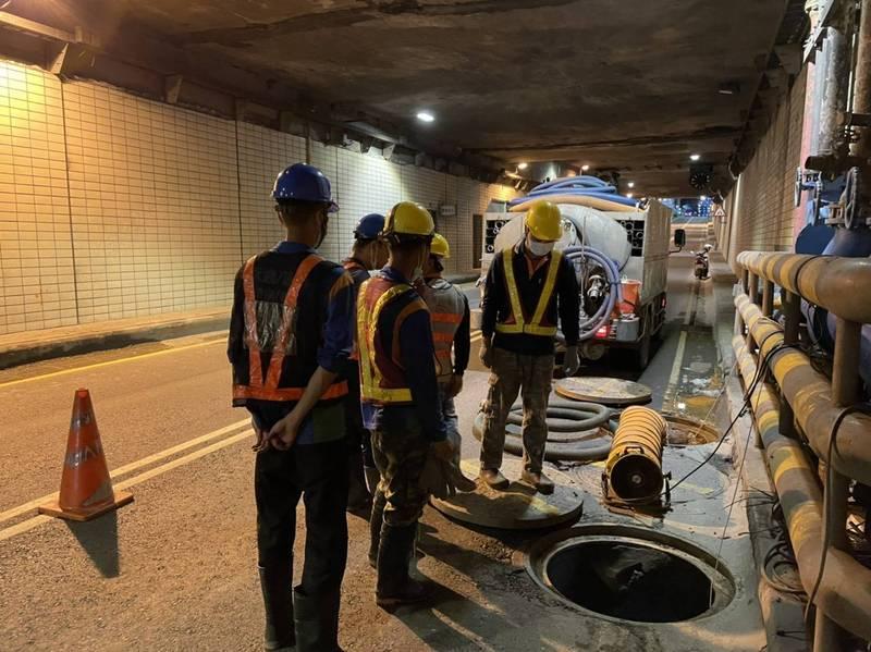 高雄中正地下道將設抽水機防淹,16日封閉西向東外側快車道。(市府提供)