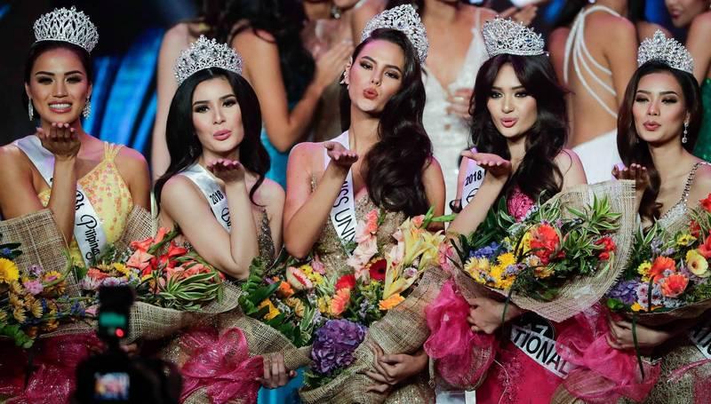 這項行動藉由招募像在社群媒體擁有超過83萬5000個追隨者的菲律賓環球小姐古瑪寶(左1)等人,希望能鼓勵共產黨份子歸降,也防範年輕女性加入共黨游擊隊行列。(歐新社)