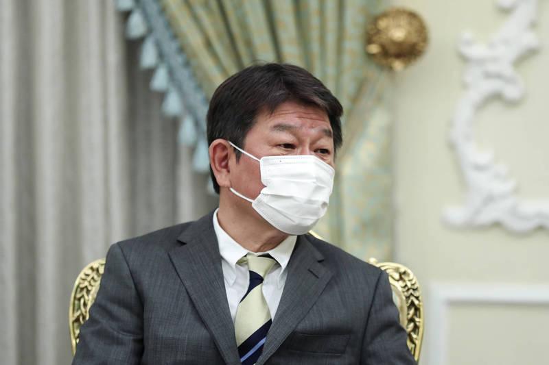 日本外相茂木敏充在今天例行記者會宣布,將再提供50萬劑AZ疫苗。(美聯社檔案照)