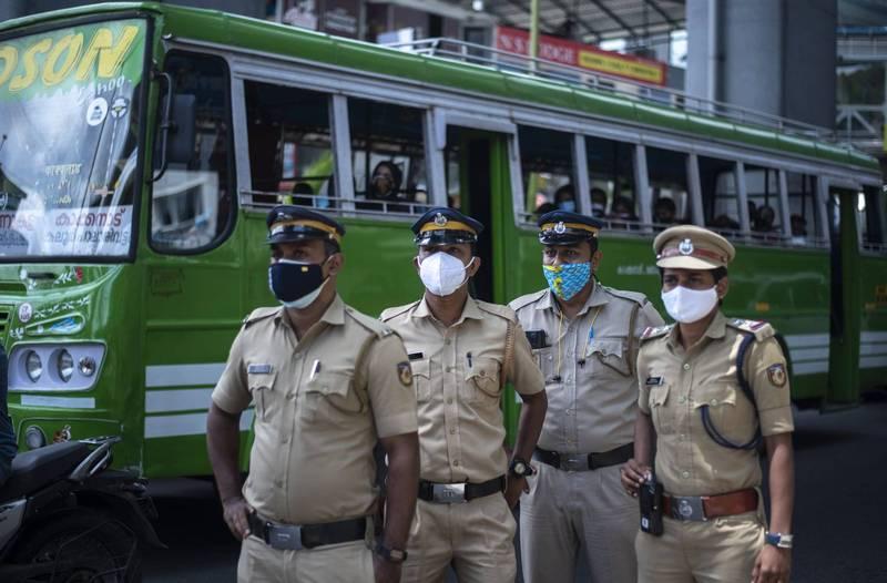 印度孟買1名34歲女子在公車上被強姦後昏迷死亡,讓印度各界紛感震驚。印度警察示意圖。(美聯社)