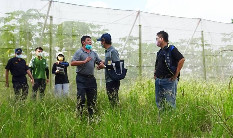 嘉義縣議員邱銀海(前左1)關心縣府舉辦的會勘,涉毆打在場的環保局人員。(記者林宜樟翻攝)