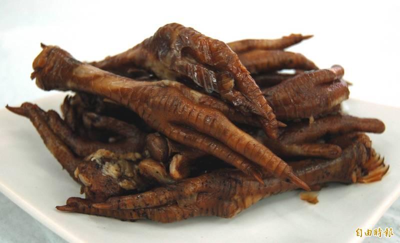 近日網路瘋傳1則訊息宣稱,國內滷味攤販賣的「無骨雞爪」皆是從越南大量進口,而該國的去骨加工廠竟是以「人嘴」去骨。對此,台灣事實查核中心查證後指出,傳言為錯誤訊息。雞腳示意圖。(資料照)