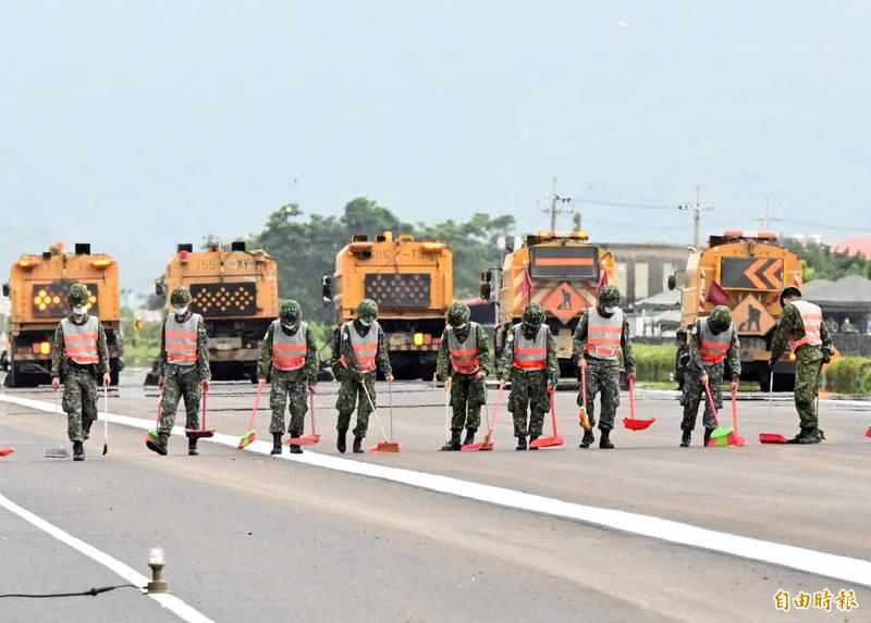 掃街車與國軍在戰備道上大掃街,因為飛機跑道「容不得一粒砂」。(記者張忠義攝)