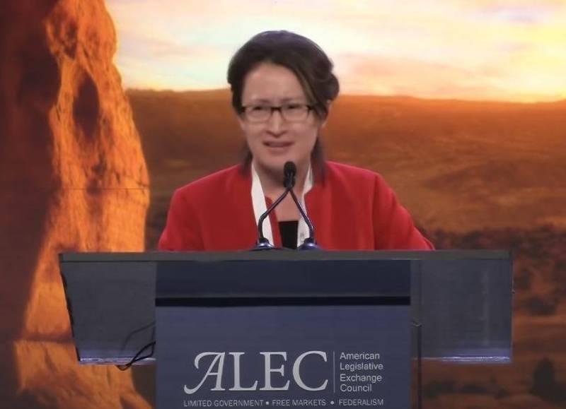 駐美大使蕭美琴日前受邀至「全美議會交流理事會」(ALEC)演講,憑藉流利口條與穩健台風,博得台下掌聲。(擷取自ALEC YouTube頻道)