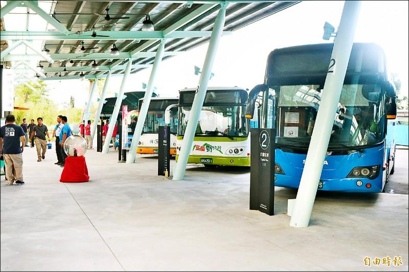 基於防疫考量,公路總局取消中秋連假國道客運票價優惠措施,呼籲民眾盡量減少跨區移動。(記者林敬倫攝)