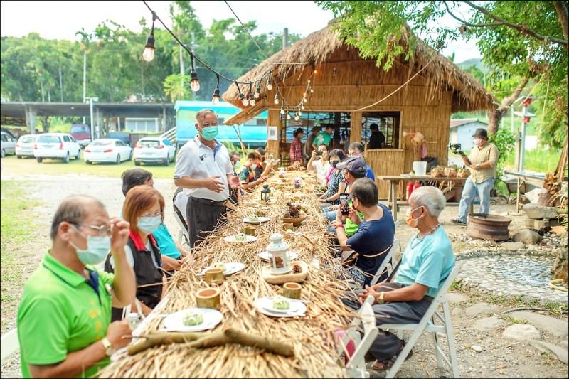瑞穗奇美部落的餐桌,揉合部落傳統與西式擺盤的戶外美食饗宴,希望給遊客不一樣的體會。(瑞穗鄉公所提供)