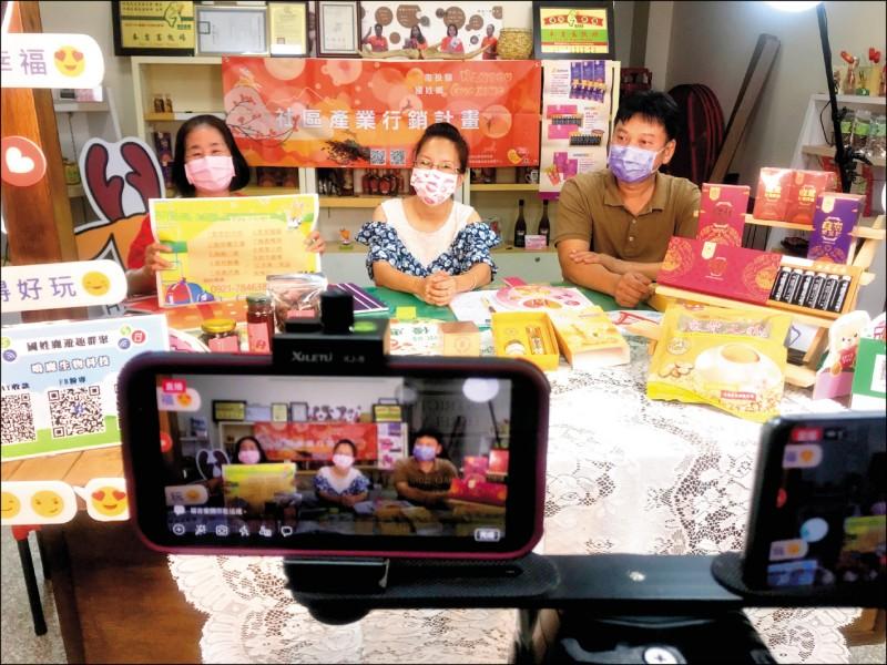 國姓鄉南港社區採取網路直播銷售在地鹿茸、養生料理、咖啡、薑黃、青梅等產品,社區幹部兼任直播主,賣力行銷。(民眾提供)