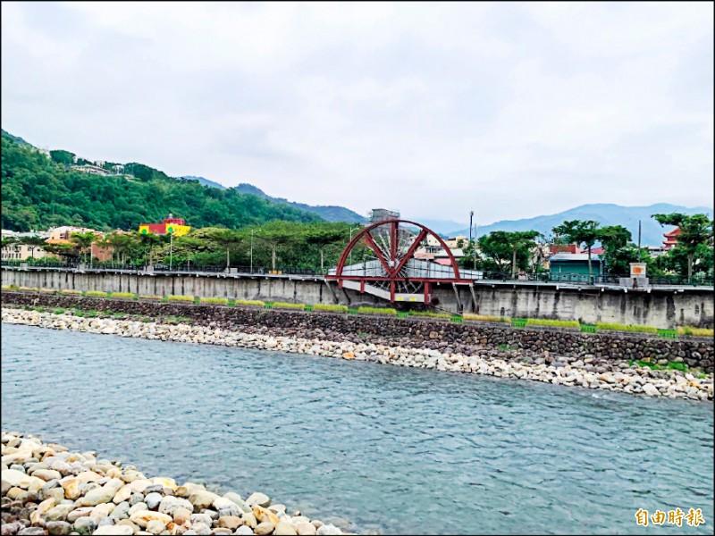 水里鄉水里溪畔之前曾有設置大型水車造景,但因故障與年久失修,水里鄉公所近期在進行水岸景觀工程時,已一併拆除。(記者劉濱銓攝)
