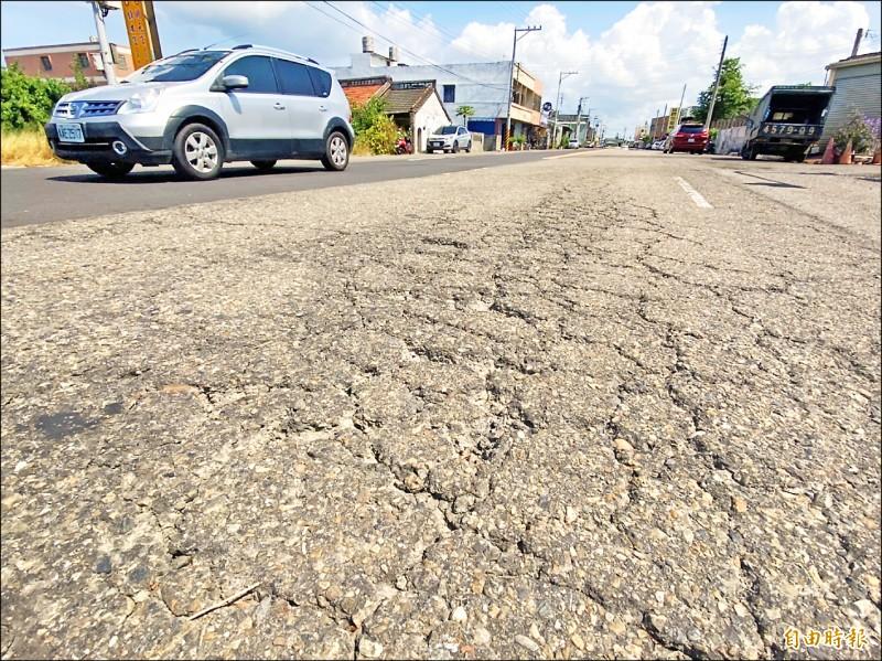 雲3鄉道到仁德西路近一公里路段,年久失修,坑洞龜裂嚴重。(記者詹士弘攝)