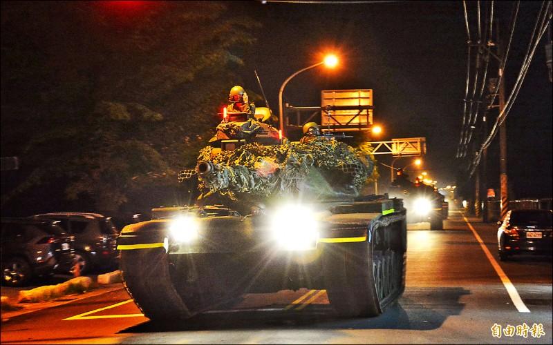 花防部昨晨執行漢光演習夜間機動任務,首梯出動M60A3戰車4輛,利用夜色隱匿性,進入戰術位置整裝待命。 (記者王峻祺攝)