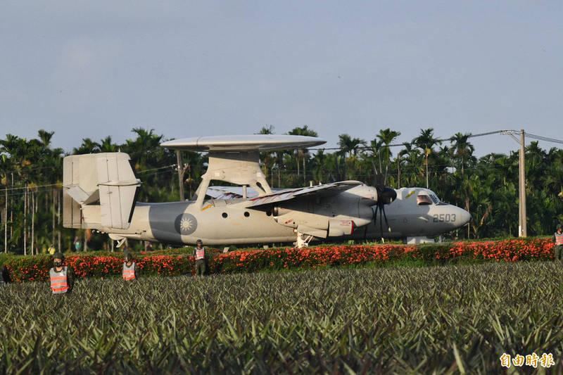 E-2預警機降落在佳冬戰備道,軍方人員進行安全管制(記者蔡宗憲攝)