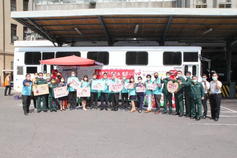 新北警友、義消響應台北郵局捐血,與郵務人員們一同捐出熱血。(記者吳仁捷翻攝)警方提供