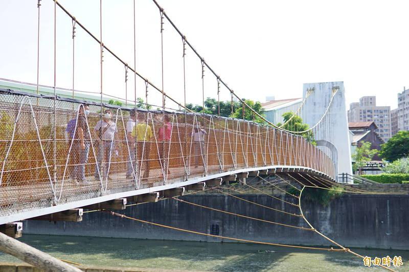 麻園頭溪吊橋兩側防護網都已經出現整片生鏽狀況。(記者何宗翰攝)