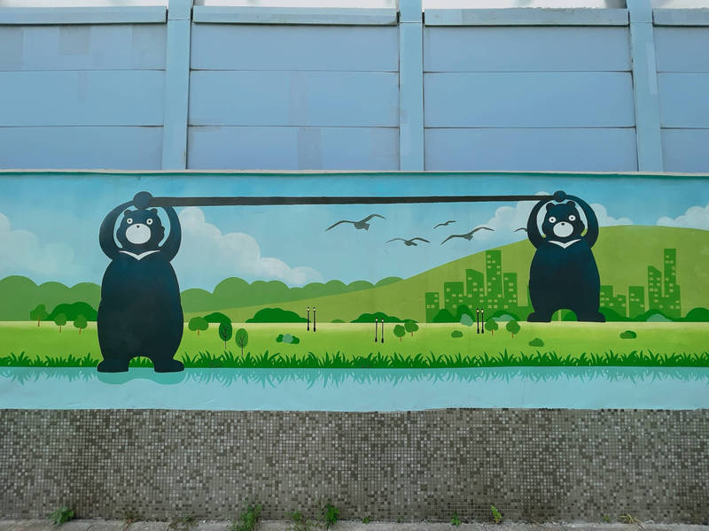 機場捷運三重站出土段圍牆規劃融入台灣黑熊、藍鵲等主題意象。(三重區公所提供)