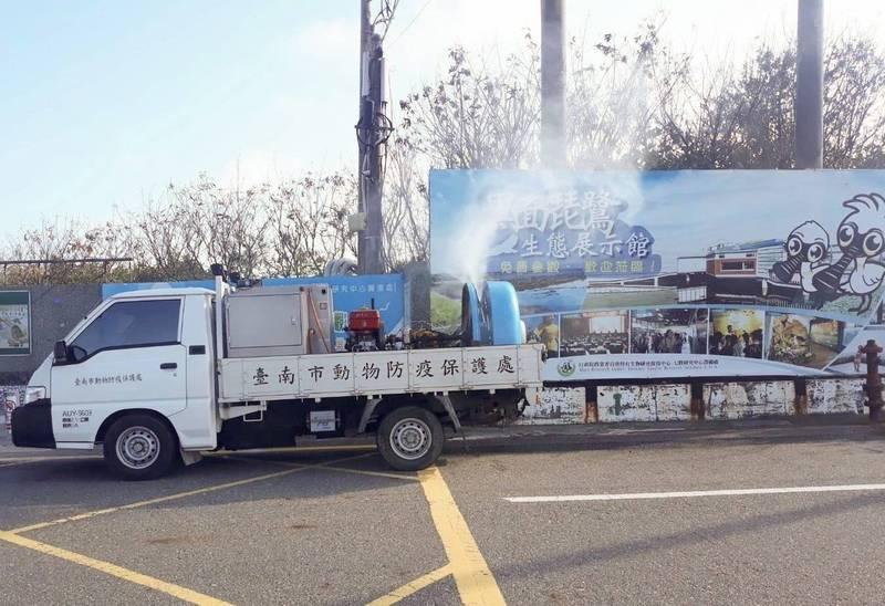 南市動保處10月起進行「家禽流行性感冒強化防疫措施」,也主動派遣消毒車至熱區噴霧消毒。(圖由南市動保處提供)