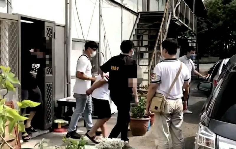 新竹縣竹北警方專案小組動員40名警力,對設在偏僻組合屋內的話務機房等處所展開攻堅、搜索,當場查獲簡姓主嫌等共5名詐欺犯嫌。 (記者廖雪茹翻攝)