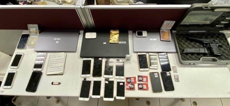 警方查扣筆記型電腦3台、手機18支、網路分享器、教戰手冊、k他命咖啡包等贓證物。(記者廖雪茹翻攝)