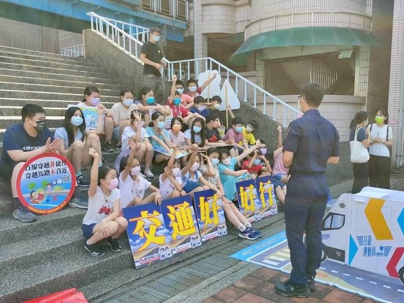 警局、監理站與教育處為了維護學童交通安全,特別安排校園巡迴宣導。(記者吳昇儒翻攝)