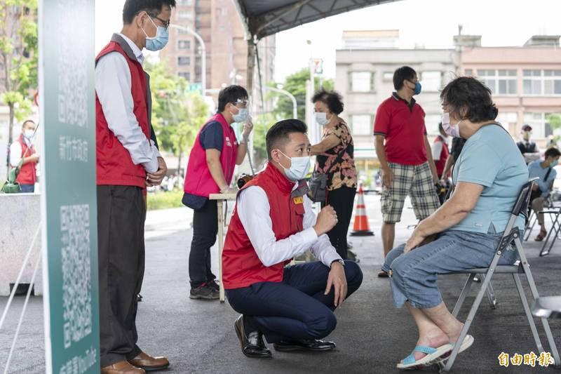 新竹市長林智堅關心長輩的疫苗施打狀況。(資料照)