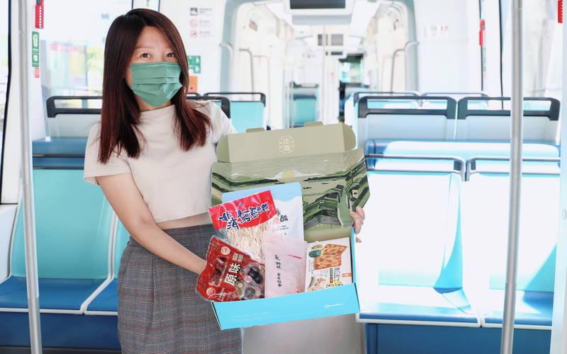 新北捷運公司積極創造業外收入,與淡海輕軌沿線的淡水在地業者合作推出限量的「淡海名物寶盒」。(新北捷運公司提供)