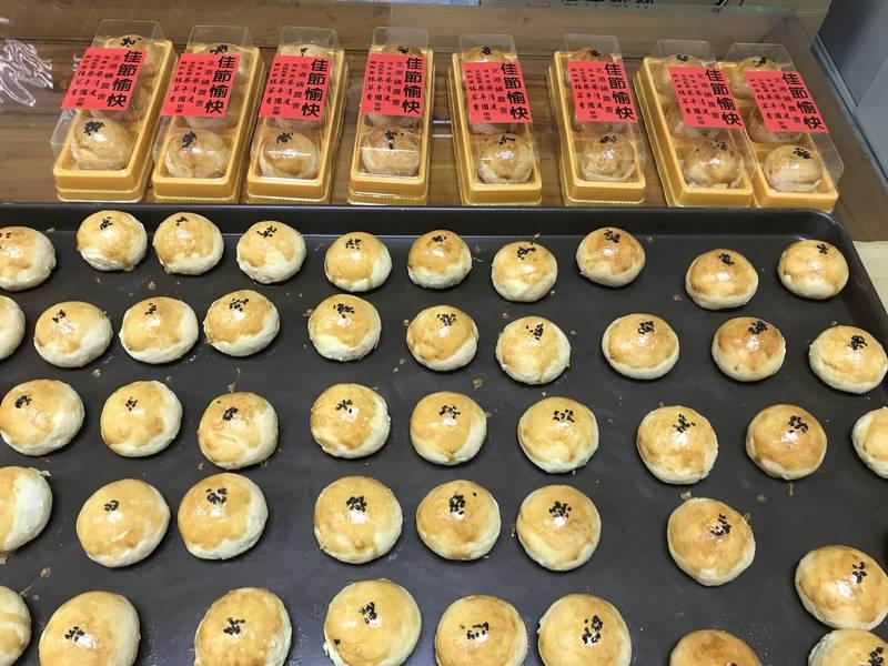 北港鎮農烘培最傳統的農村滋味蛋黃酥,將送給高齡長者及獨居老人分享。(記者詹士弘翻攝)
