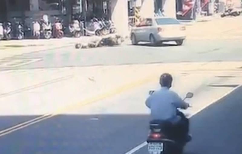 高雄發生同向汽、機車擦撞車禍,汽車撞進騎樓、機車騎士犛田受傷。(民眾提供)