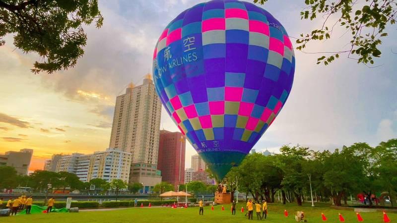 愛河畔試飛熱氣球。(觀光局提供)