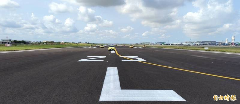 桃園機場南跑道封閉翻修11月後,今(15日)重新啟用。(記者姚介修攝)