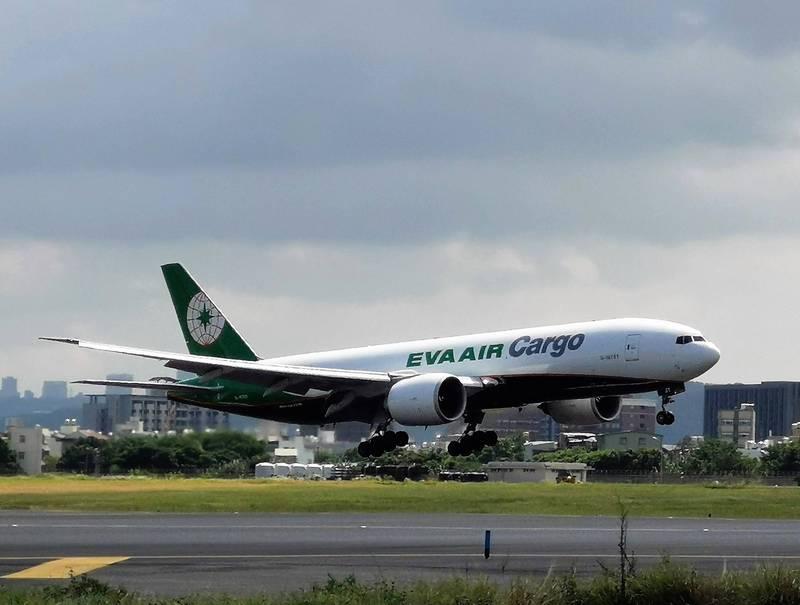 桃園國際機場南跑道重啟後首架航班為長榮航空BR-6030航班(機型B777-200)今天上午10時07分順利降落。(圖由桃機公司提供)