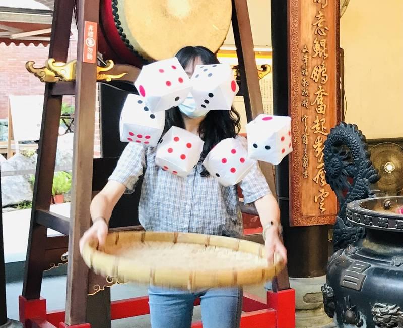 宜蘭傳藝園區中秋連假推出「慶中秋、博狀元、喝四紅」活動,讓遊客體驗擲骰子拚手氣的樂趣。(圖由全聯善美的文化藝術基金會提供)