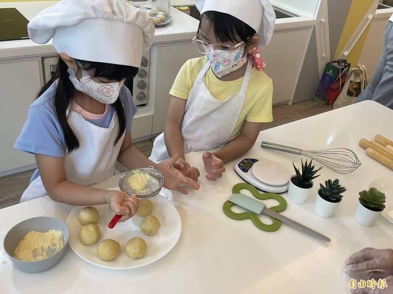 小朋友細心製作小月餅。(記者林國賢攝)