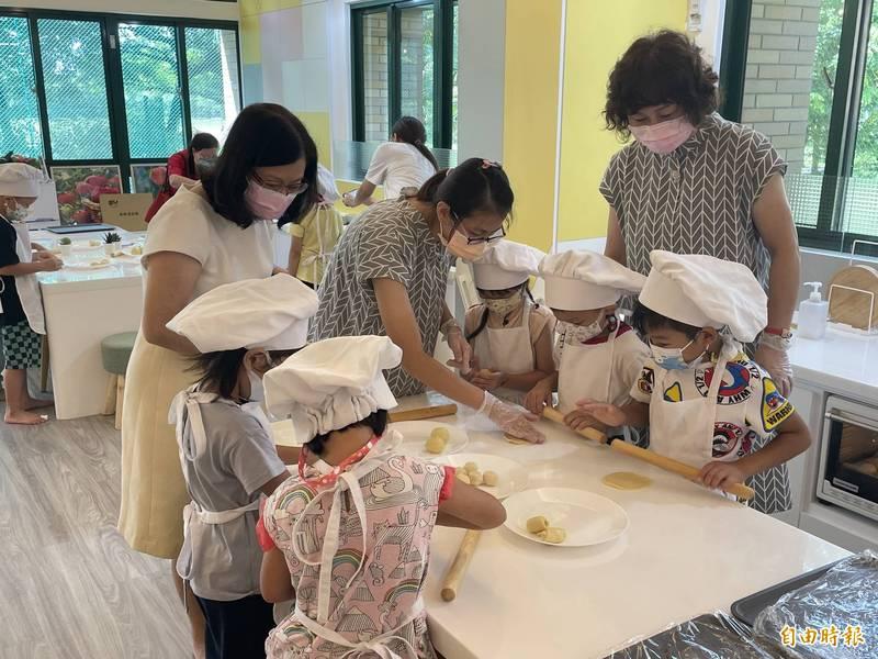 環幼小朋友製作小月餅。(記者林國賢攝)