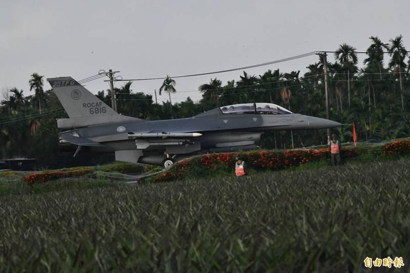 F-16V戰機順利落地佳冬戰備道。(記者蔡宗憲攝)