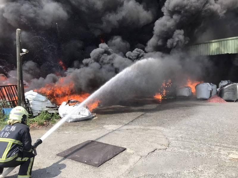 彰化大城回收塑膠廢料工廠發生大火,消防人員獲報前往灌水滅火。(記者陳冠備翻攝)