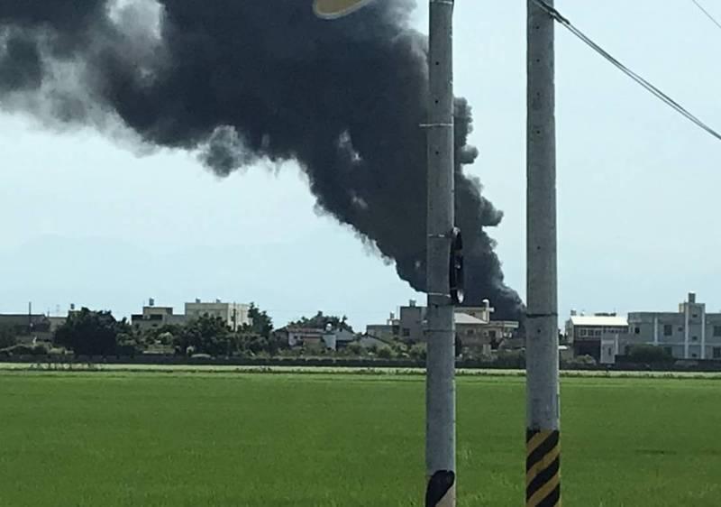 彰化大城塑膠工廠發生火警,燃燒黑煙不斷往上竄,猶如一條黑龍。(記者陳冠備翻攝)