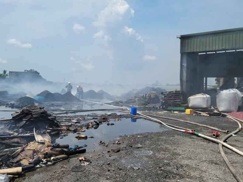 彰化大城一塑膠工廠發生火警,消防隊及時撲滅火勢,現場無人員傷亡。(記者陳冠備翻攝)
