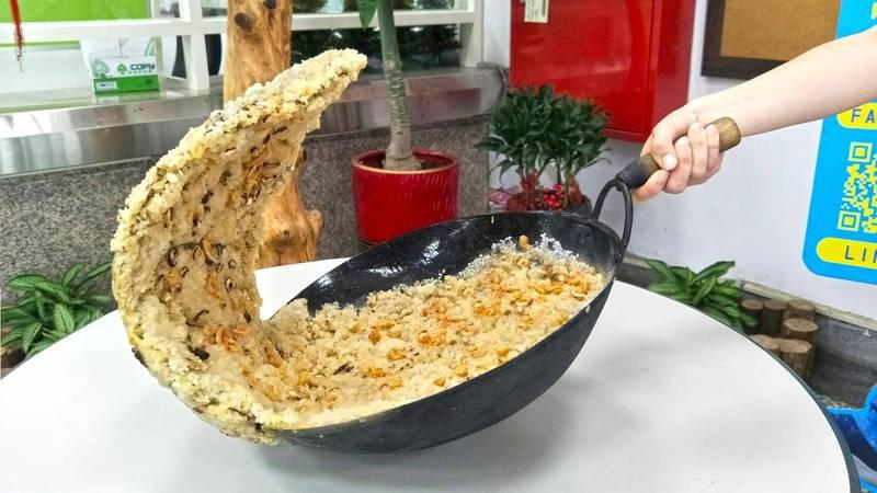 虎尾「FUN飯派對嘉年華」,巨濤油飯超吸睛。(圖由虎尾鎮公所提供)