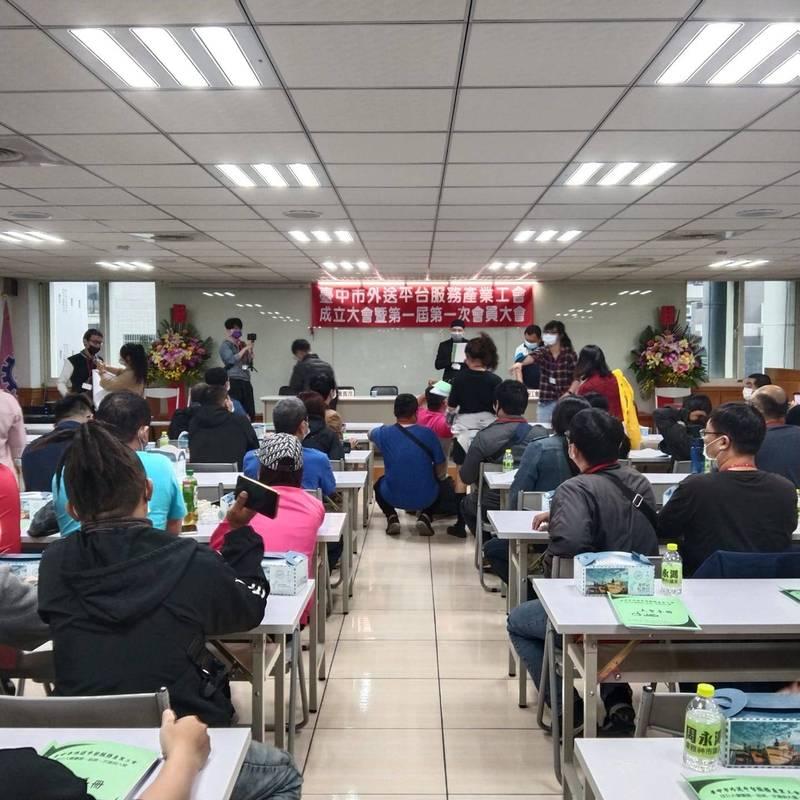 台中市外送平台服務產業工會於今年4月成立。(周永鴻服務處提供)