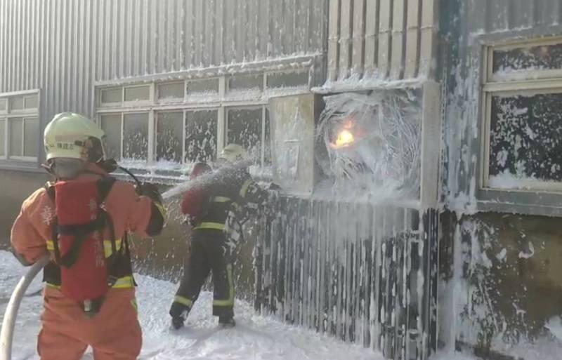 彰濱工業區鹿港區的線材棒材大廠傳出太陽能設備起火,所幸沒有人員傷亡。(記者劉曉欣翻攝)