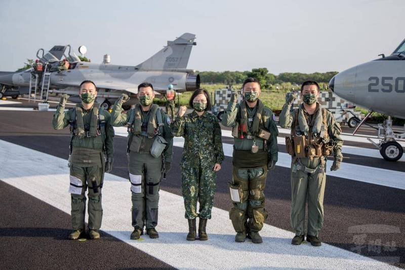 總統蔡英文與4位軍機飛官合影並比出「戰力強」手勢。(軍聞社)