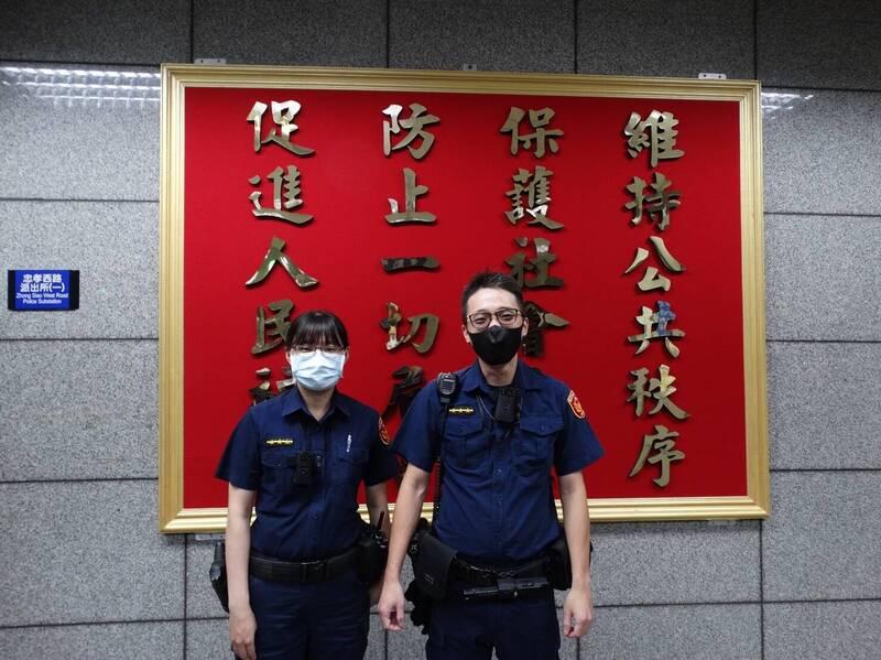 中正一分局忠孝西路派出所員警高銘慶(右)、張伊君(左)成功攔阻詐騙。(記者王冠仁翻攝)