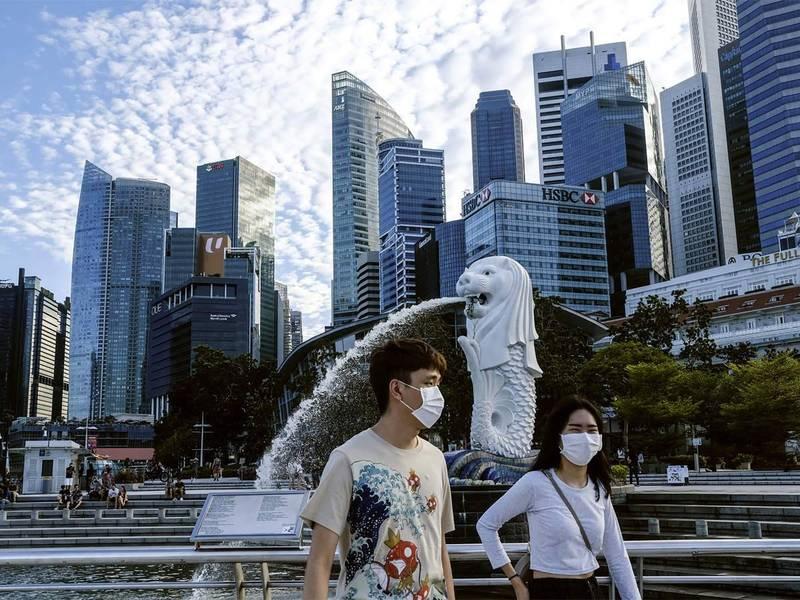 新加坡疫苗覆蓋率傲視全球,卻遲遲控制不住新一波疫情,「與病毒共存」策略受到考驗。(法新社資料照)