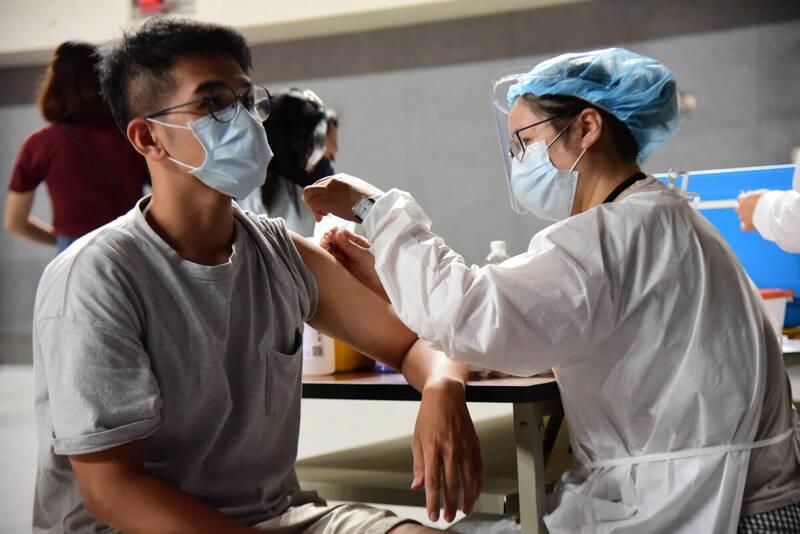 新竹縣政府今天表示,經統計,12歲至18歲縣立國、高中生有1萬5千800多人同意接種,比例約95.7%,將從9月23日到10月6日期間到校提供接種服務。(竹縣府提供)