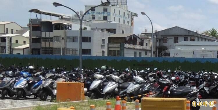 屏東縣汽、機車近90萬輛,每年積欠的燃料費及使用牌照稅居高不下。(記者李立法攝)