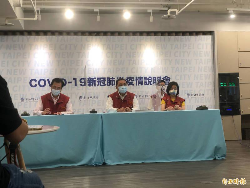 新北市長侯友宜宣布,明起開放餐飲內用。(記者周湘芸攝)