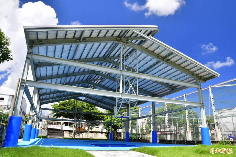 新生國中新建半戶外球場。(記者黃明堂攝)
