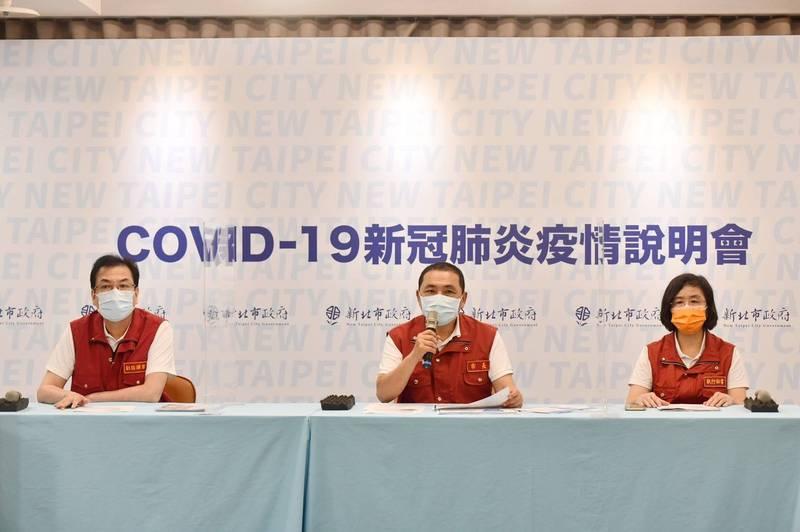 陳潤秋(右)表示,莫德納若要混打高端應先經過科學驗證效果。(圖由新北市新聞局提供)